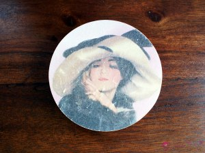 "Round box ""lady in the hat"""