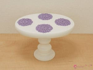Colorful oval table with napkins